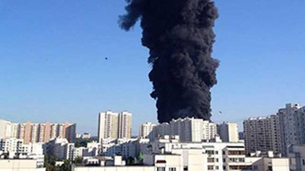 Thick black smoke caused by a river fire in Moscow