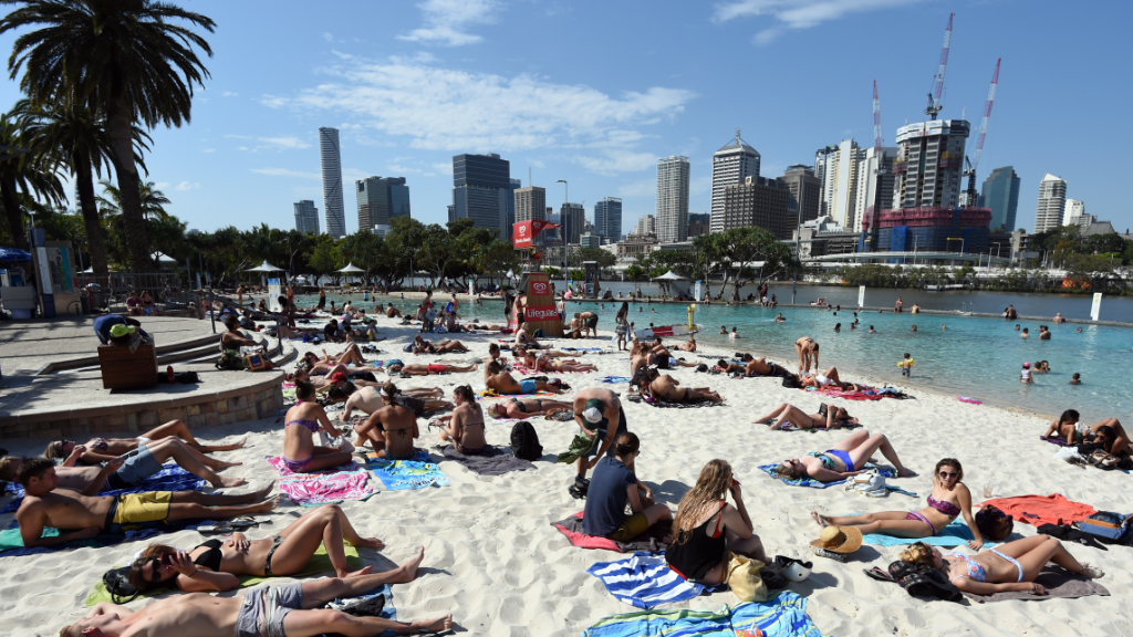 Queenslanders in for scorching weekend as Sydney enjoys cold front