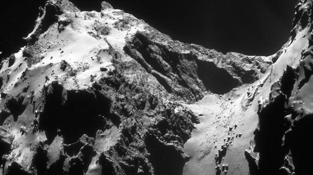 The Hathor cliffs, and the smooth boulder-strewn neck Hapi region right of centre. (Photo: ESA/Rosetta/Navcam)