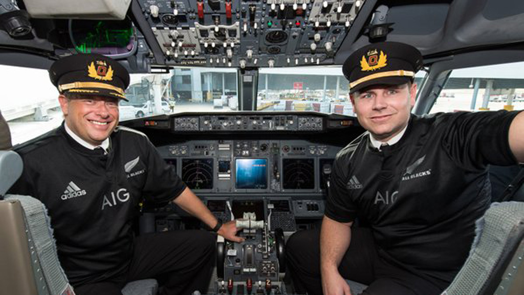 The pilots also donned the jerseys. (Twitter: @FlyAirNZ)