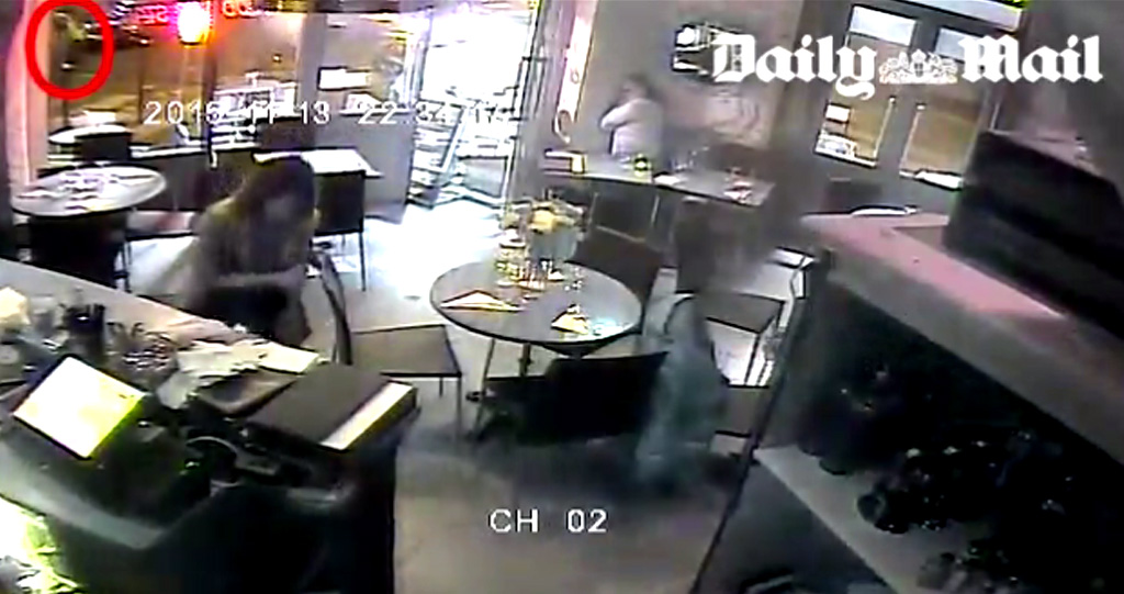 CCTV shows the gunman outside the restaurant. (Source: Daily Mail)