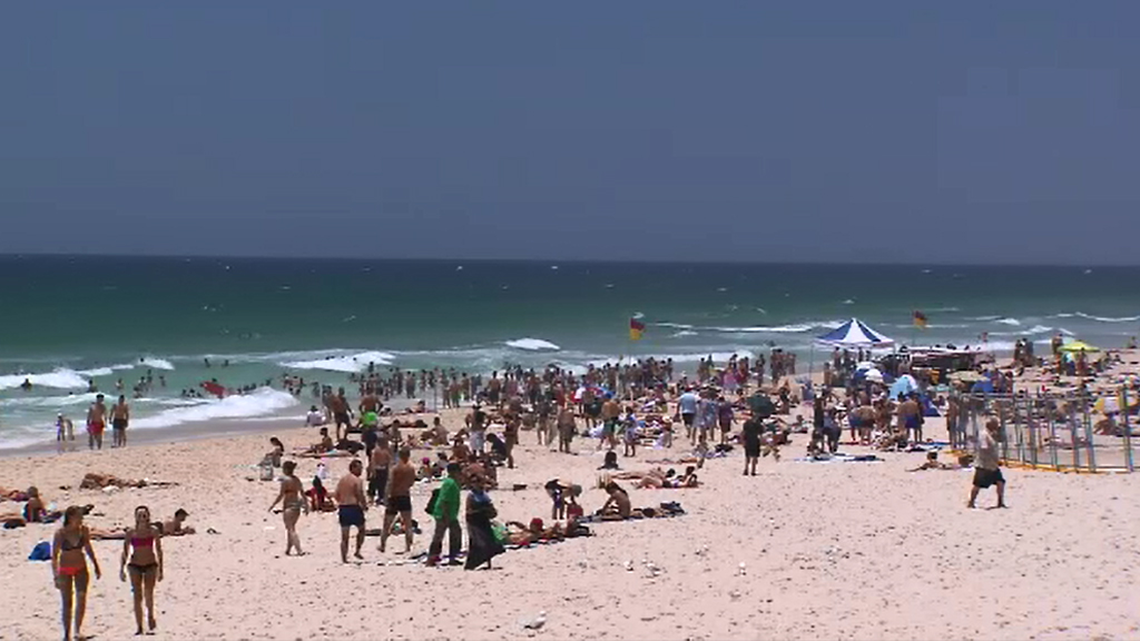 Sydneysiders try to cool down at the beach. (9NEWS)