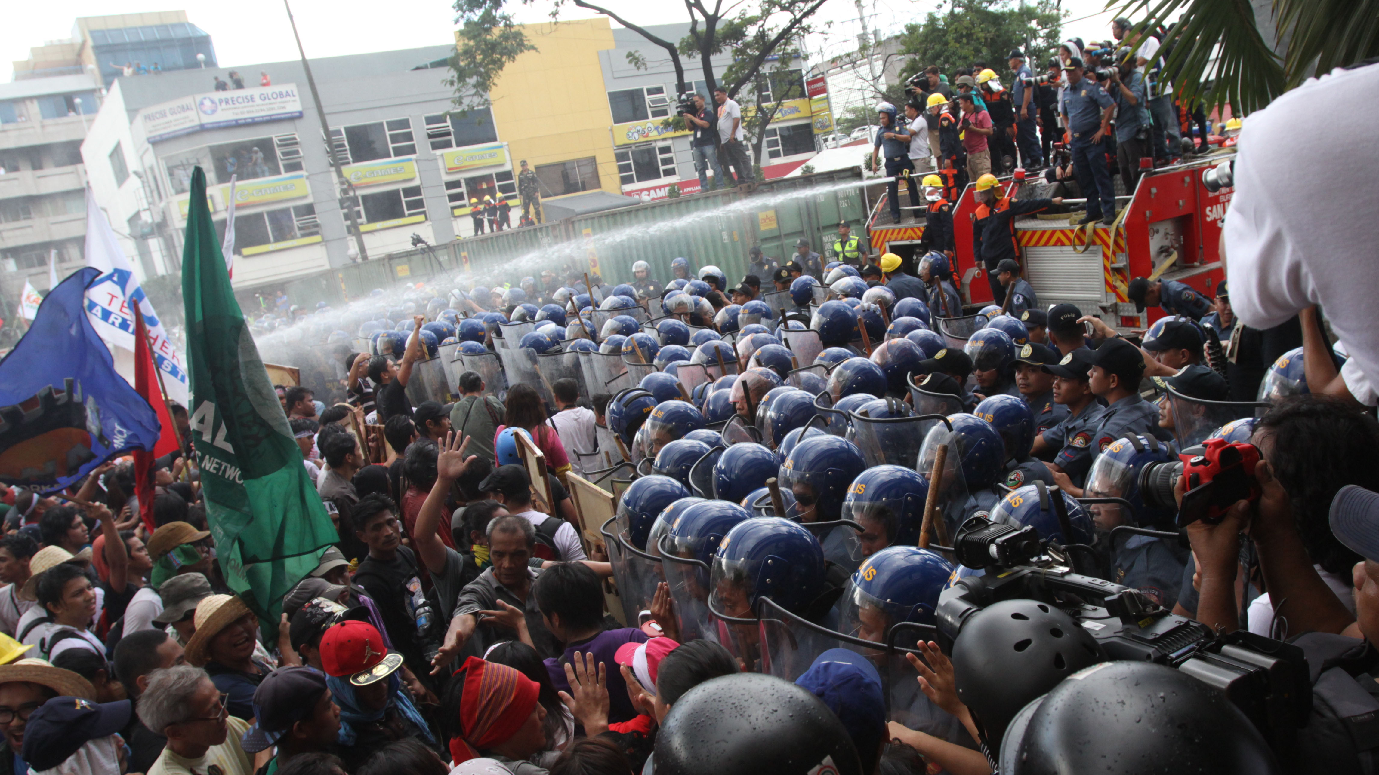 Police and protesters clash at the APEC leader meeting in Manila. (AAP)