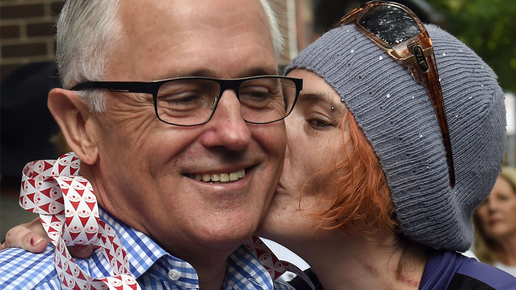 Malcolm Turnbull is kissed by Lynda Hocking at the Wayside Chapel Christmas Day Street Party. (AAP)