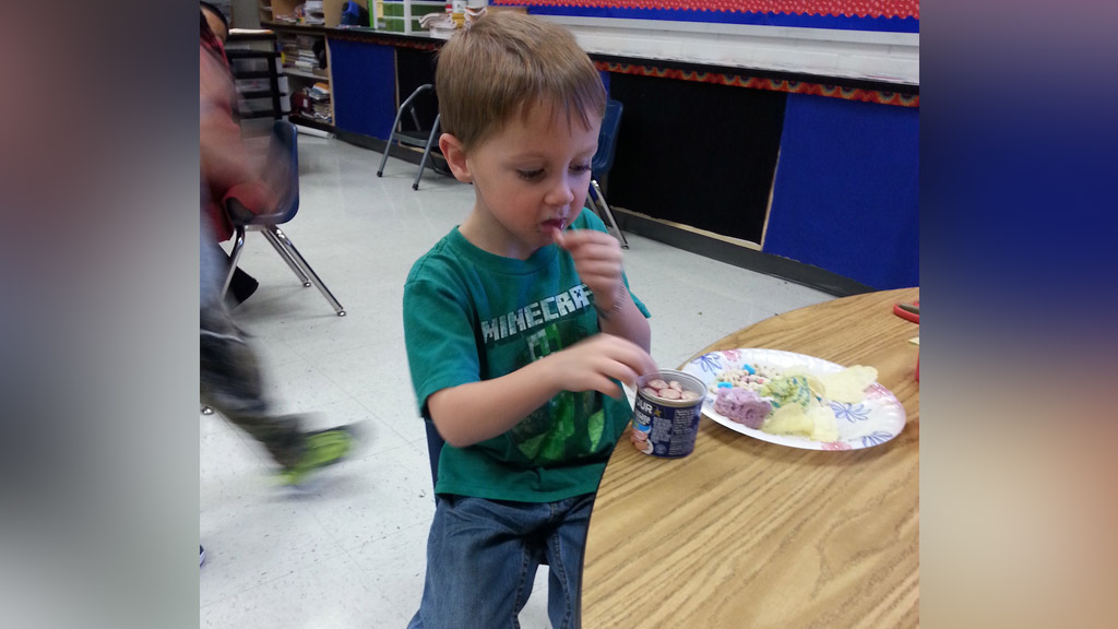 Teacher helps young boy with food allergies enjoy his first class party