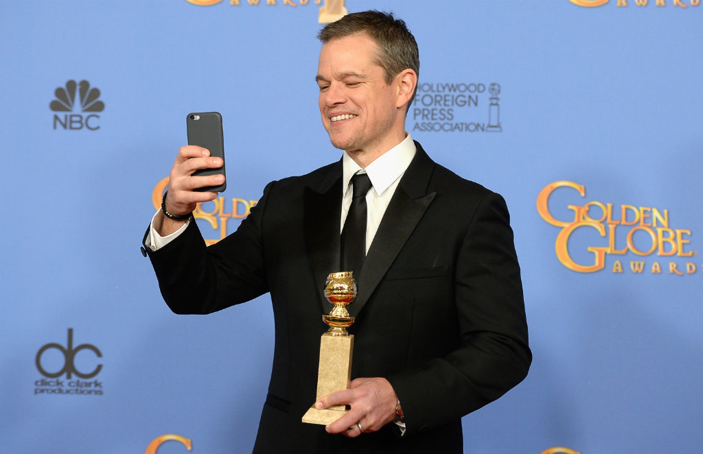 Matt Damon snaps a photo with his Golden Globe. (Getty)