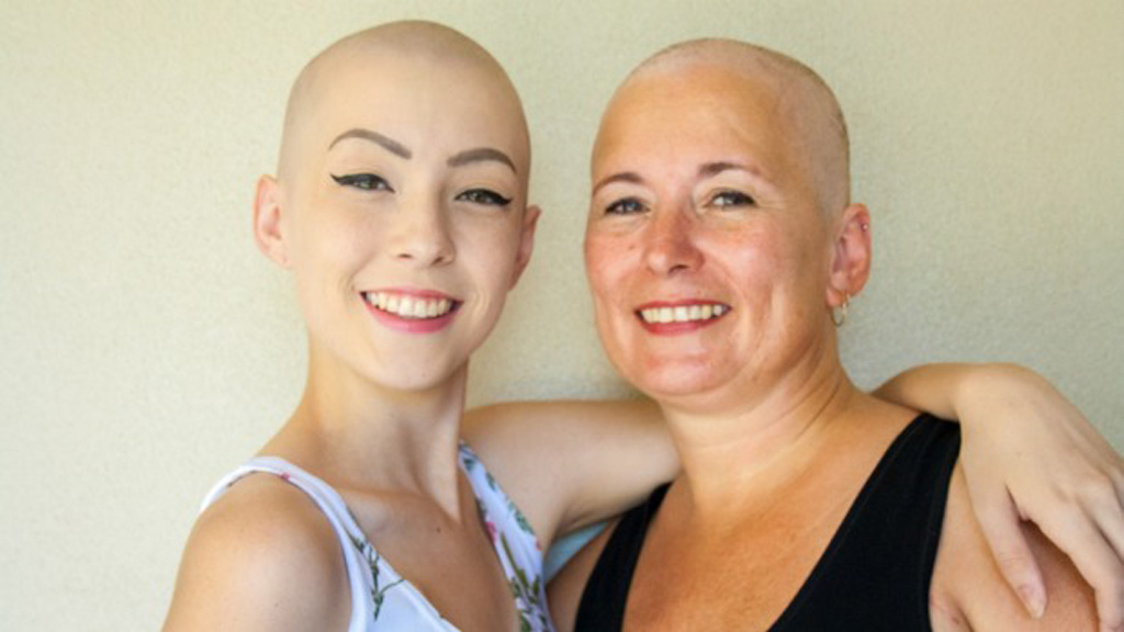 Queensland mother and daughter fight breast cancer together after being diagnosed just months apart