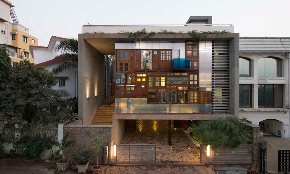 mumbai house facade made from reclaimed windows and doors 9homes. Black Bedroom Furniture Sets. Home Design Ideas