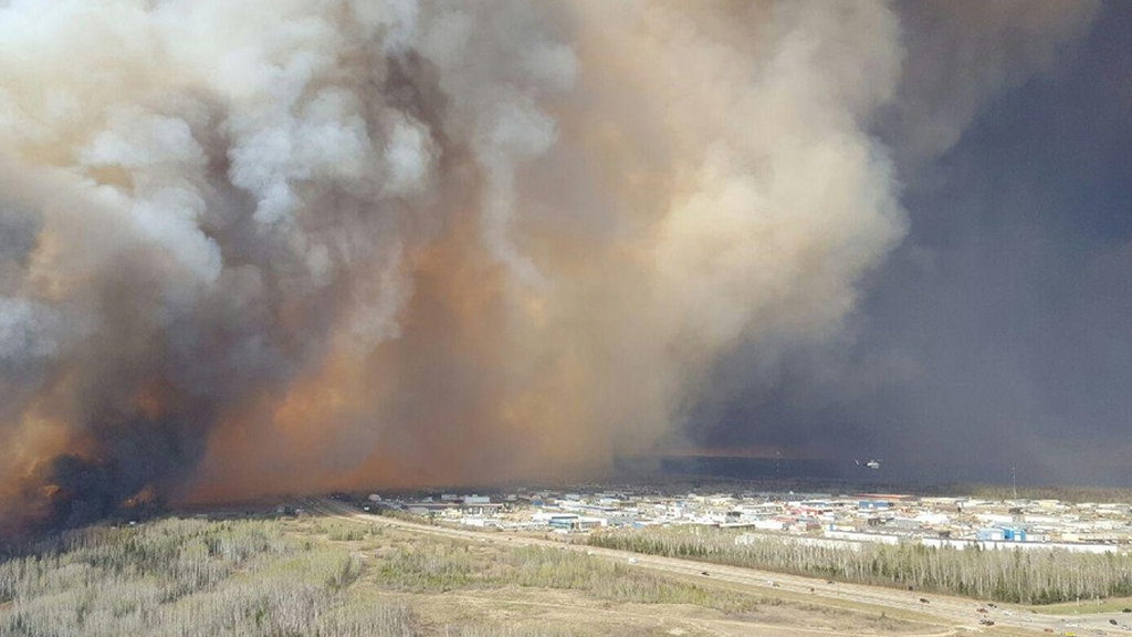The fire rolls over a Fort McMurray neighbourhood. (Reddit / nubcakes101)
