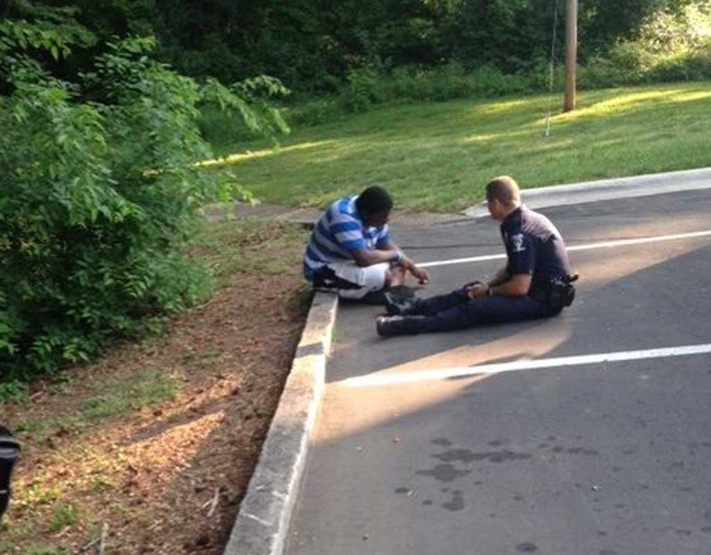 Police officer takes time to comfort boy with autism who ran away