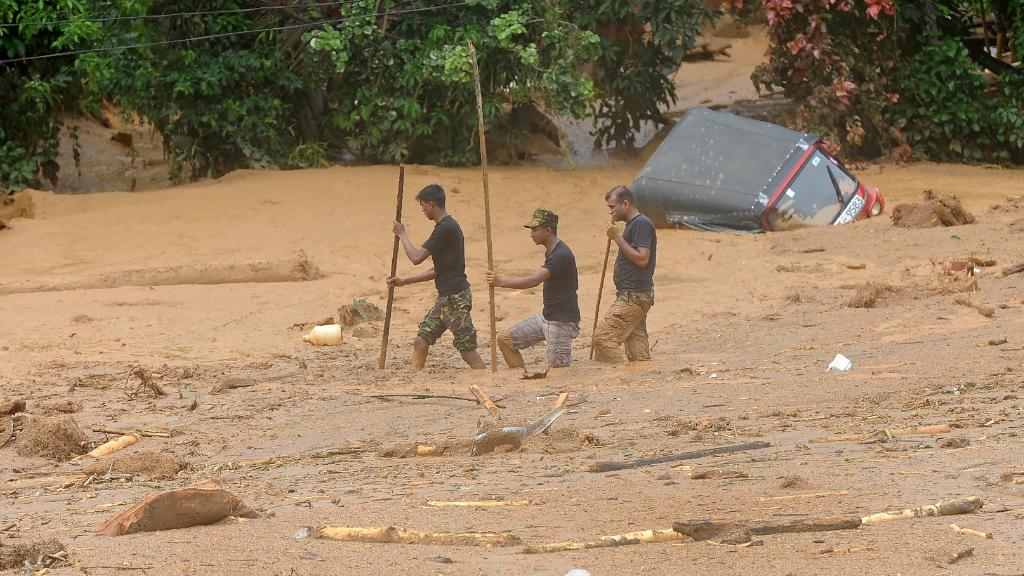 Sri Lankan soldiers dig for survivors. (AFP)