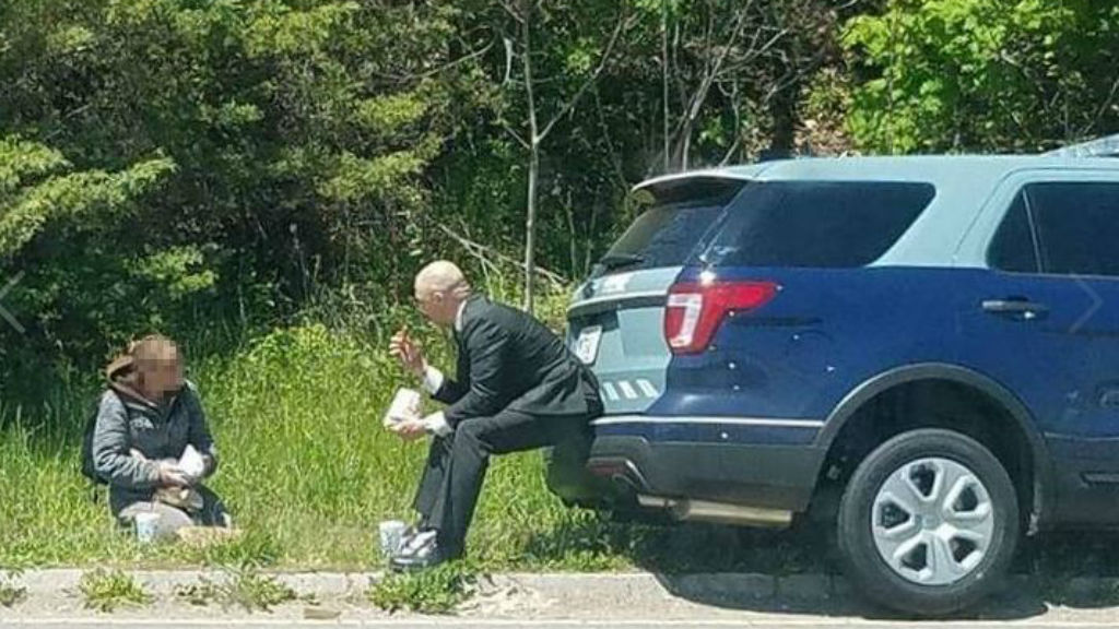 Police officer shares meal with homeless woman in the US