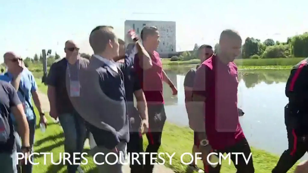 Cristiano Ronaldo throws reporter's microphone into lake (CMTV)