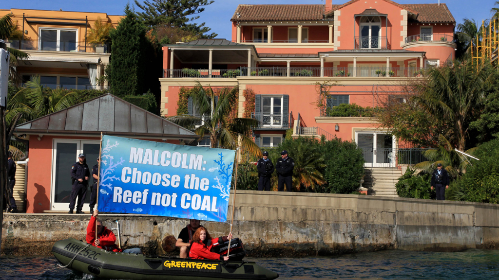 Climate change protesters float to PM Turnbull's mansion as former leader John Hewson joins rally
