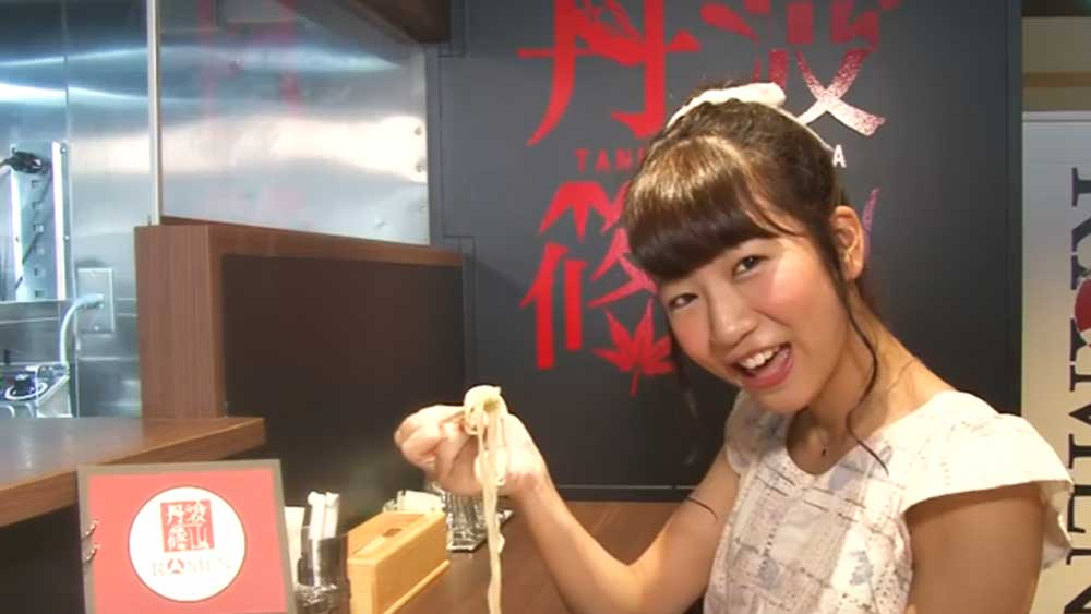 Hamburger Z member Ku-chan slurps down ramen noodles in Sasayama's virtual date video