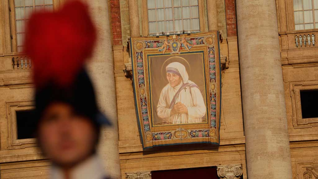 A tapestry showing Mother Teresa hangs from the facade of St.Peter's Basilica. (AAP)