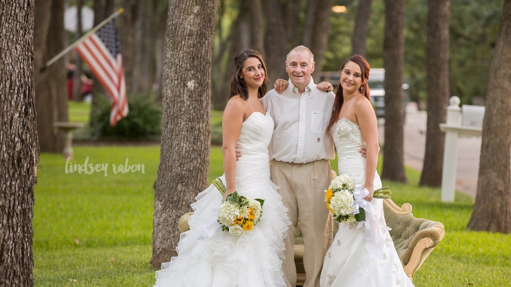 The impromptu wedding photo session took place in Texas. (Lindsey Rabon)