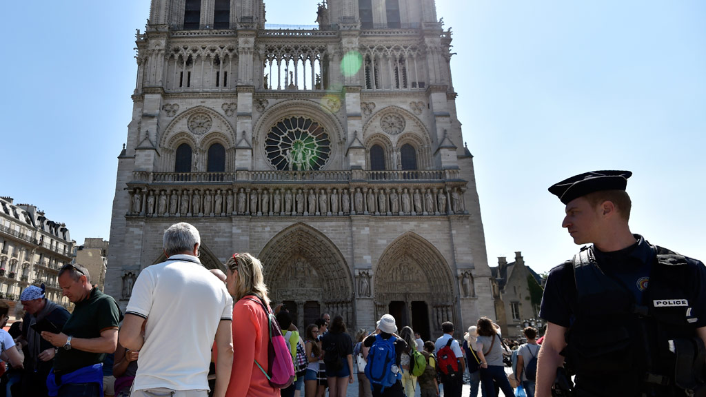 Car filled with gas cylinders found near Paris' Notre Dame
