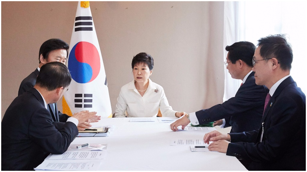 South Korean President Park Geun-hye (C) holds an emergency meeting with aides in Vientiane, Laos