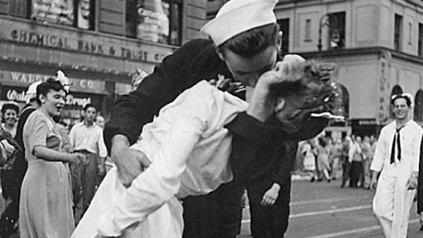 Woman in famous World War II kiss photo dies