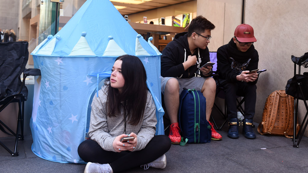 Die-hard Apple fans wait for days to get the iPhone 7 (Gallery)
