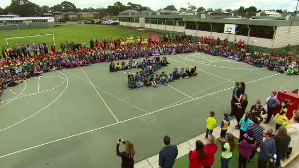 Epping Views Primary in Victoria has created a rainbow of hope for a student in need. (9NEWS)