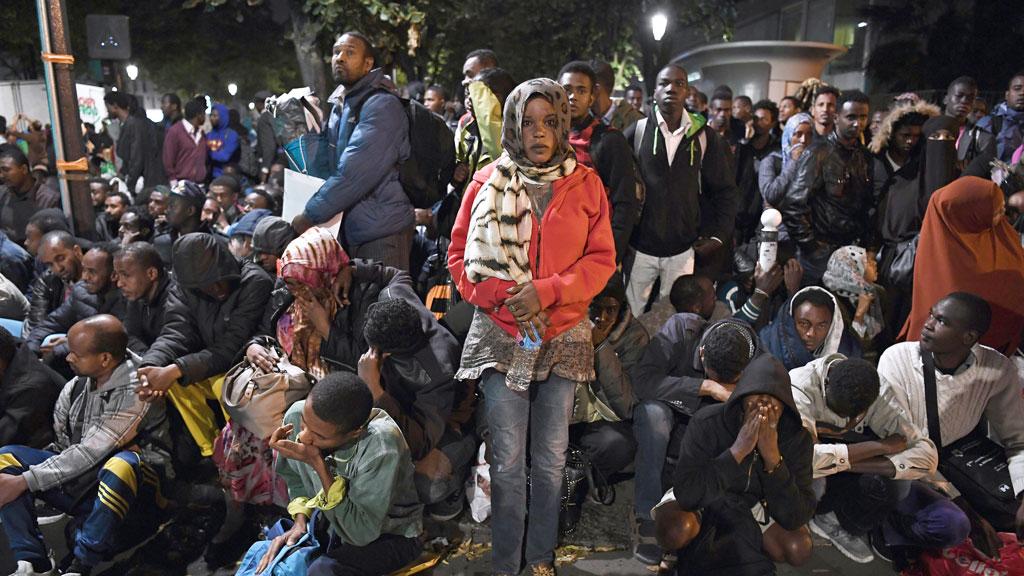 Paris police dismantle camp housing 2100 migrants