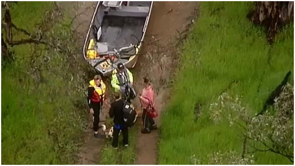 Two people and dogs rescued from floodwaters in Toolamba, near Shepparton