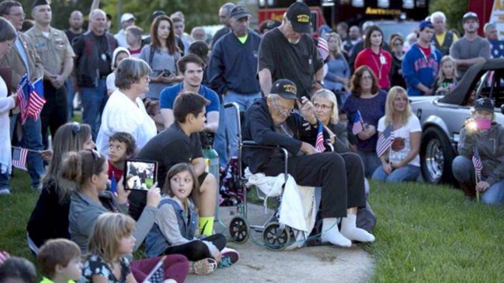 Hundreds gather to salute 91-year-old US war veteran