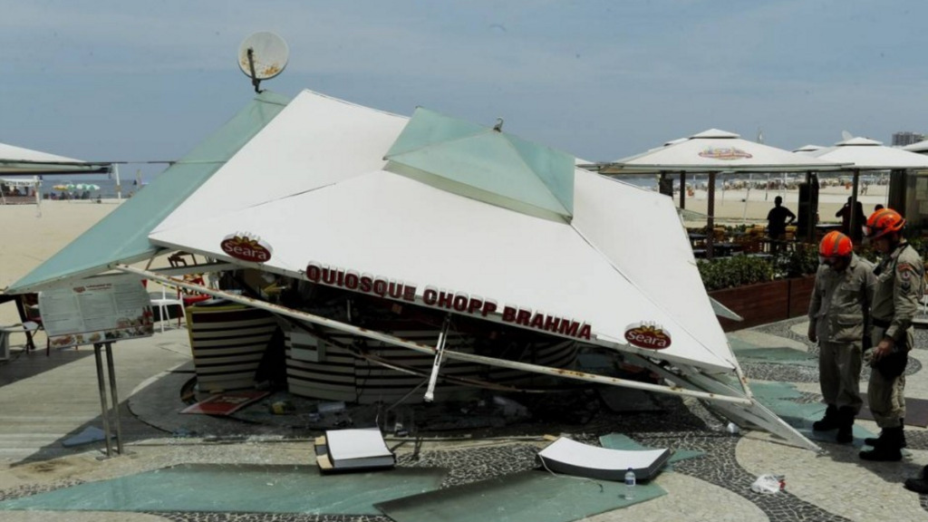 A beach-side kiosk has collapsed in Rio, injuring six people. (Facebook)