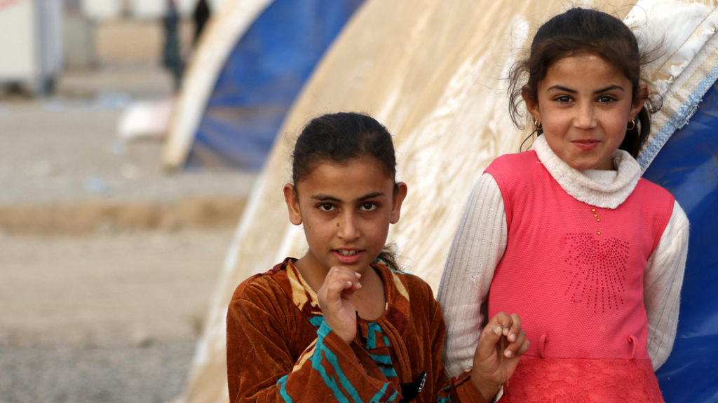 Newly-displaced Iraqi children who fled Mosul arrive at al-Khazar camp. (AFP)