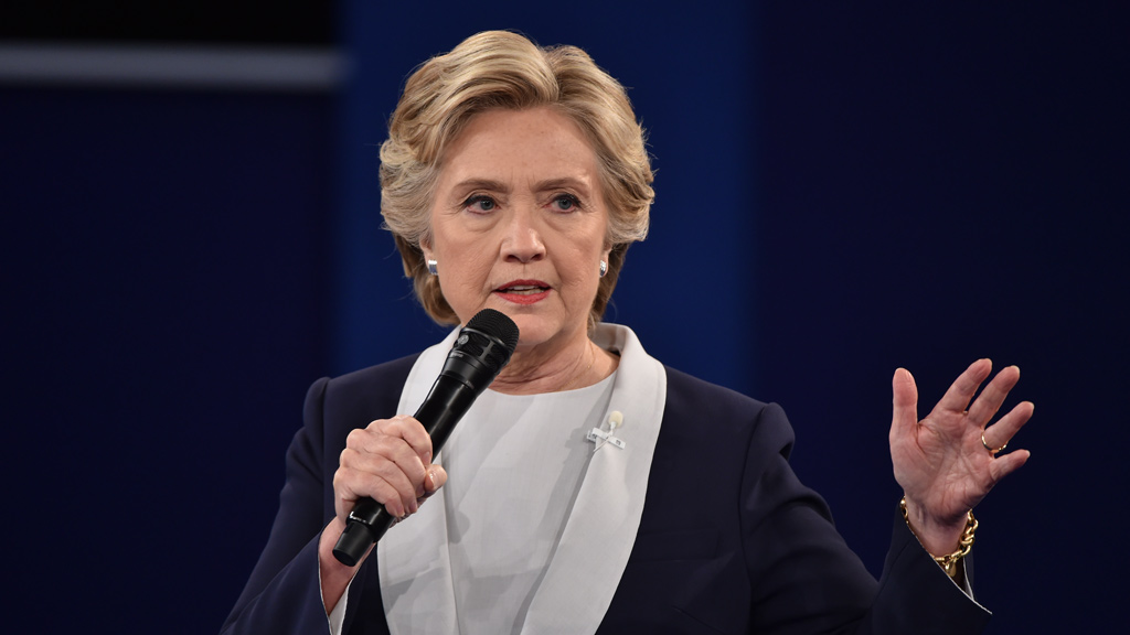 Clinton tries to quell resurgent email row