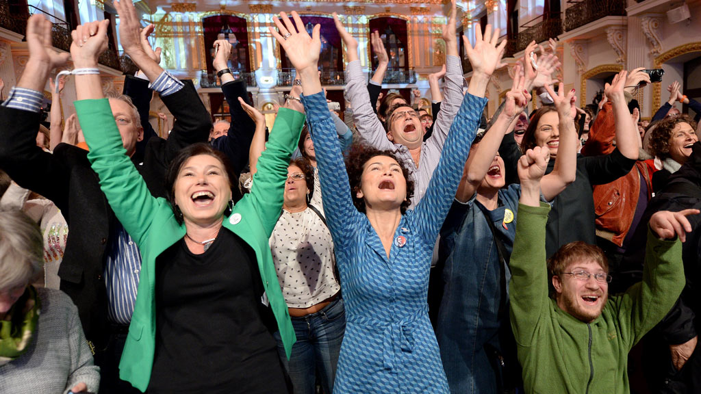 Supporters of Norbert Hofer's political opponent react to the first results after Austria's Presidential elections in Vienna on December 4, 2016. (AFP)