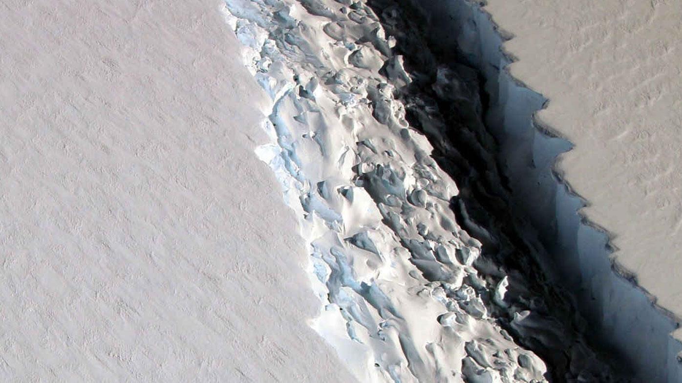 Football field wide crack lengthens on Antarctic ice shelf