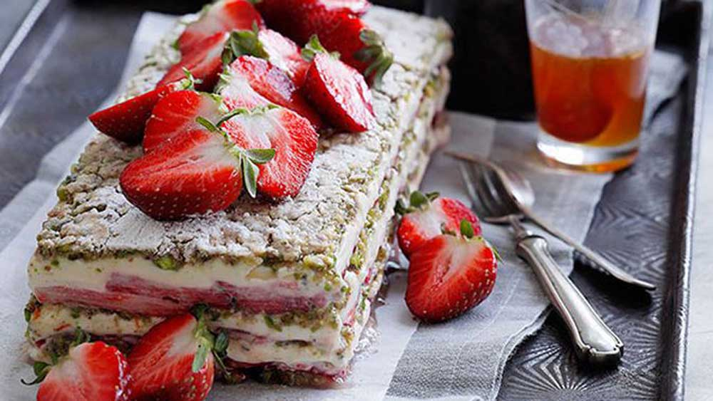 <strong>Strawberry, yogurt and pistachio layer cake</strong>