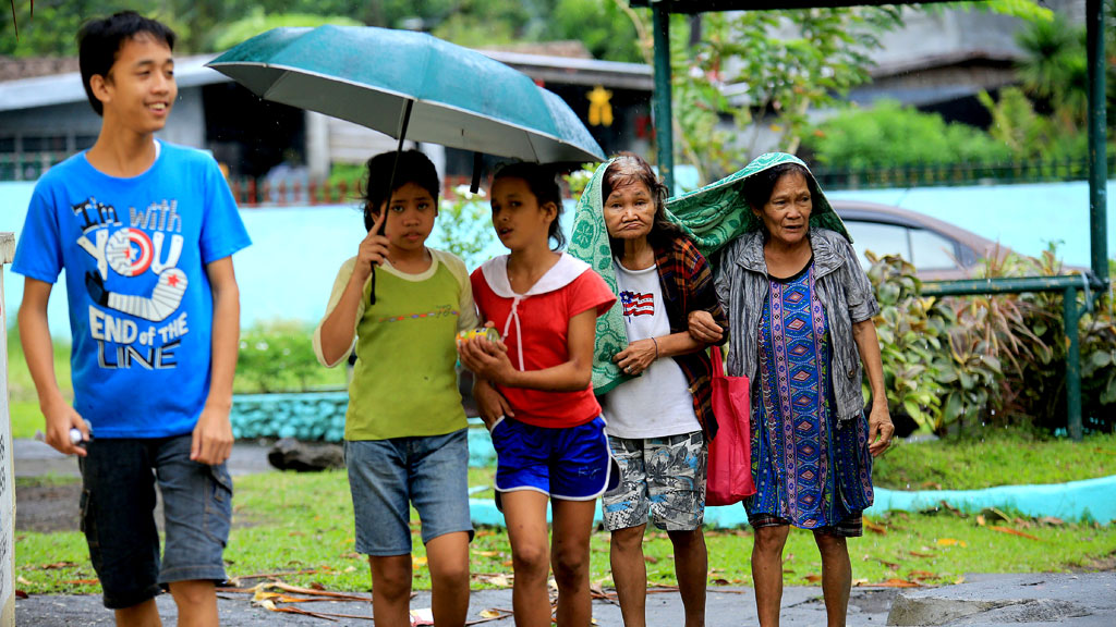 Tens of thousands flee as Christmas typhoon hits Philippines