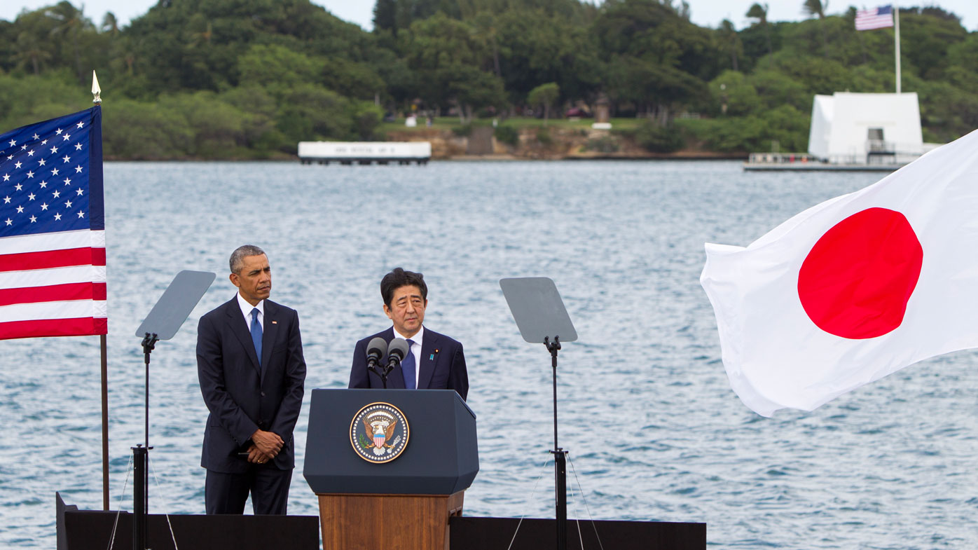 Abe and Obama speak in front of the Pearl Harbour memorial. (AFP)