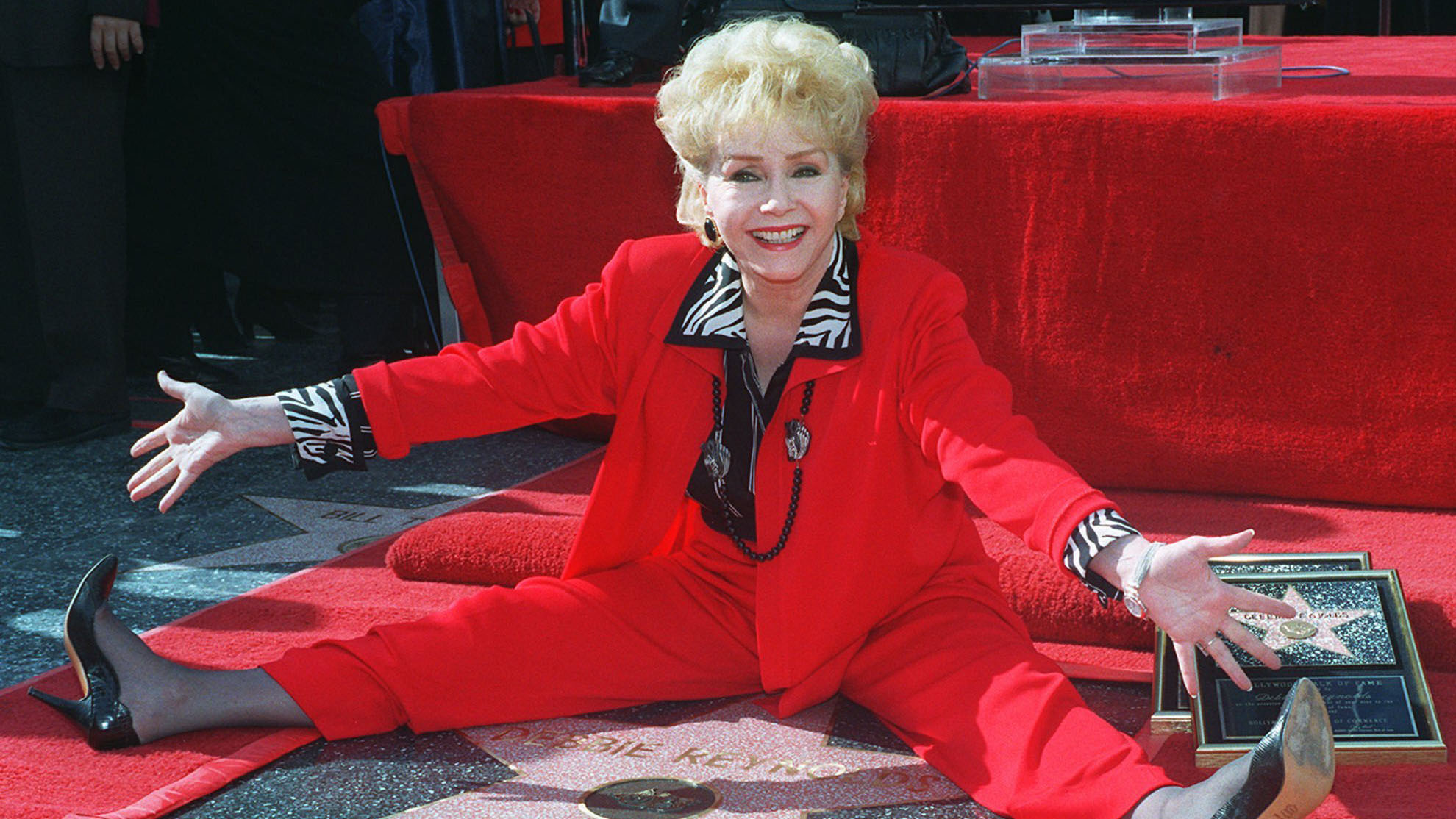 Reynolds with her second star of fame on the Hollywood Walk of Fame, 1997. (AAP)