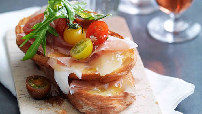 "<a href=""http://kitchen.nine.com.au/2016/05/16/15/14/prosciutto-fontina-rocket-and-cherry-tomato-bruschetta"" target=""_top"">Prosciutto, fontina, rocket and cherry tomato bruschetta</a>"