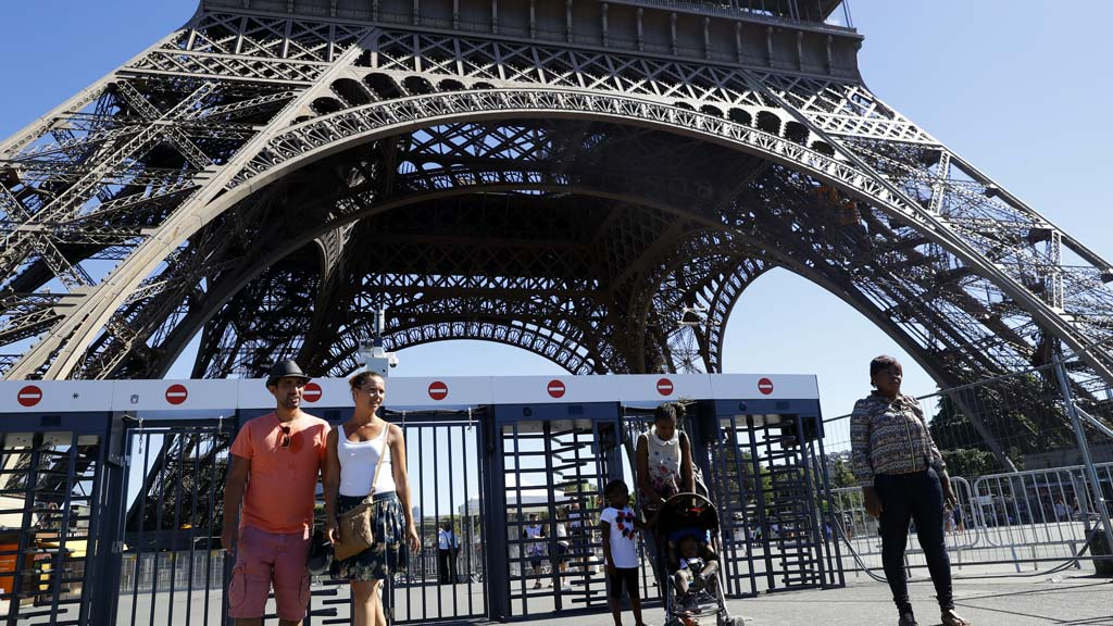 Two-metre glass security wall to shield Eiffel Tower