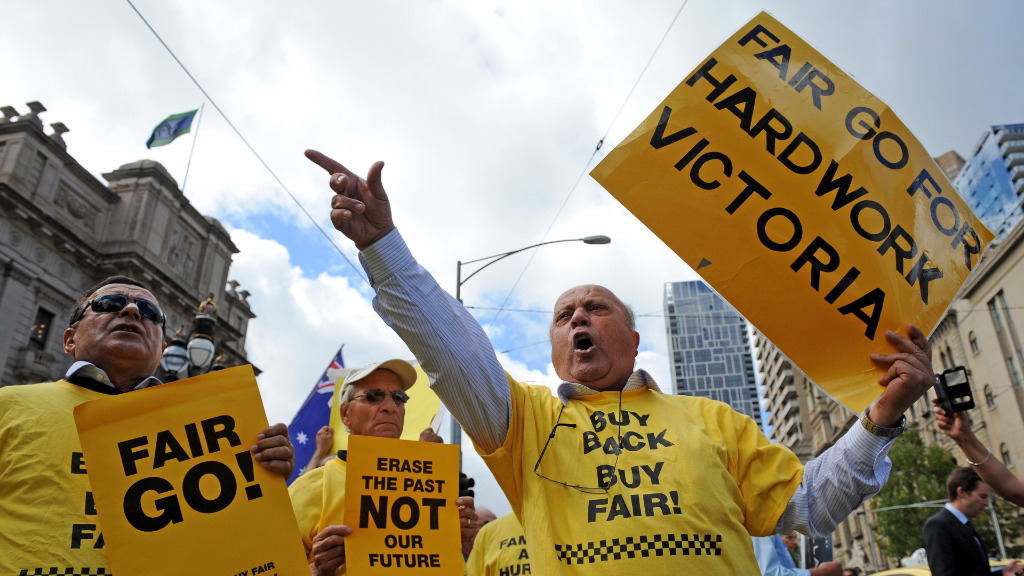 Taxi protest moves from Melbourne's Bolte Bridge to city streets