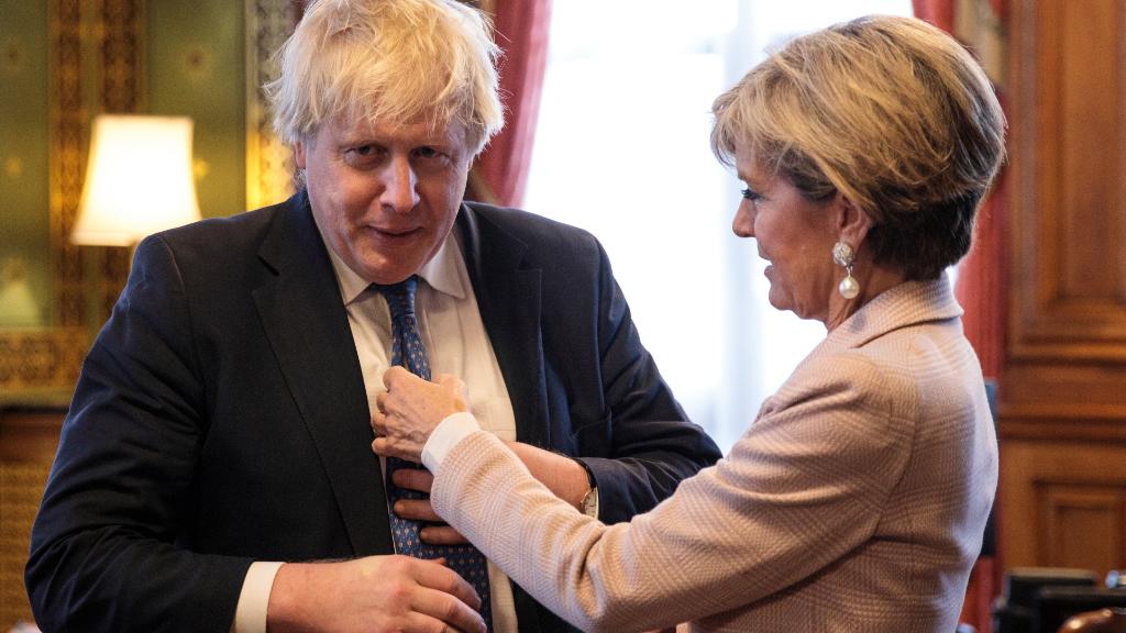 Julie Bishop fixes Boris Johnson's tie. (AAP)