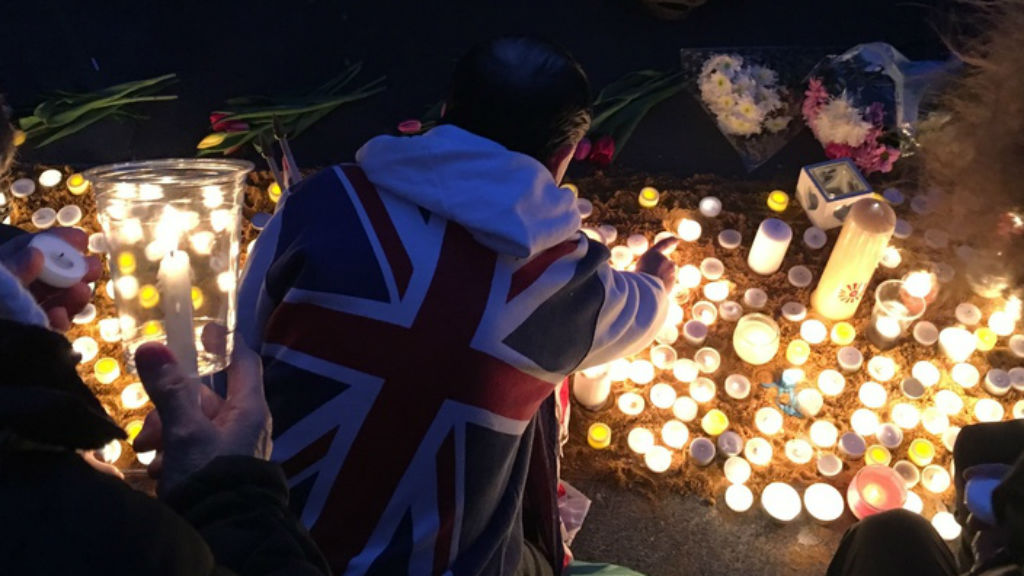 Hundreds flocked to candlelight vigil at Trafalgar Square this morning. (Henri Paget/9NEWS)