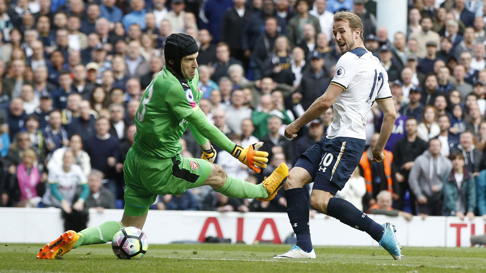 Tottenham striker Harry Kane (r) and Arsenal goalkeeper Petr Cech.