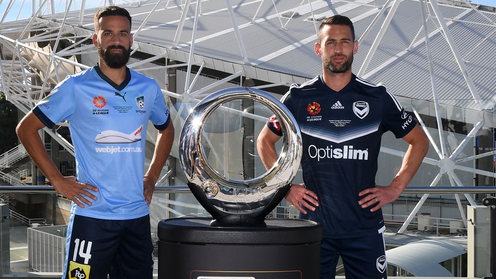 Sydney FC's Alex Brosque and Melbourne Victory midfieler Carl Valeri on Saturday. (AAP)