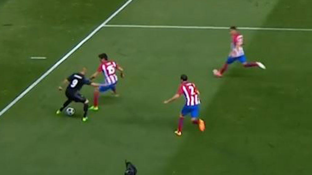 Karim Benzema looks to be hemmed in by three Atletico defenders. (BeIN Sports)