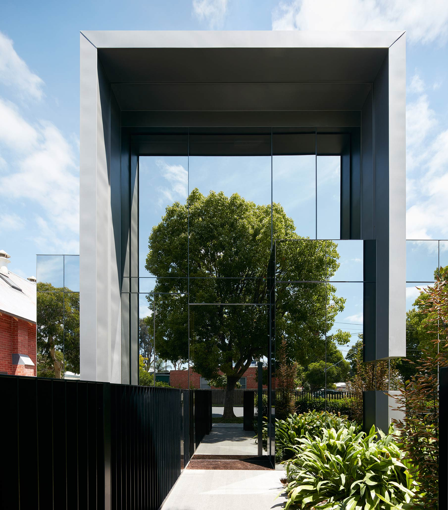 Mirror Clad Home Reflects Its Surrounds 9homes
