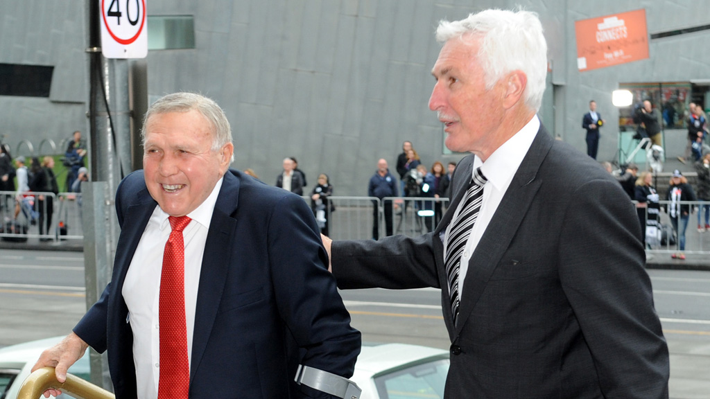 Bob Skilton and Mick Malthouse arrive for Richards' funeral. (AAP)
