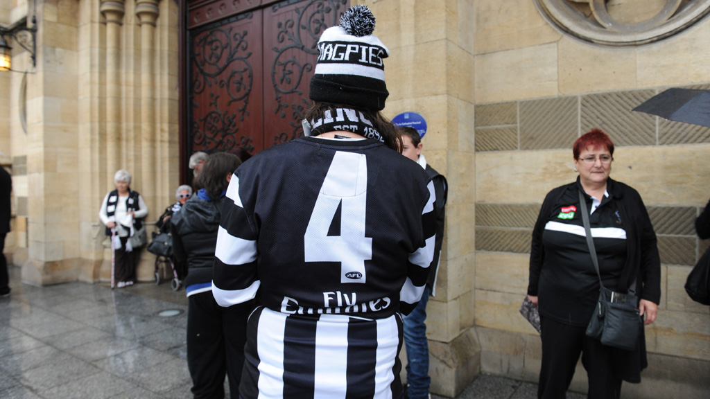 A Collingwood fan pays his respects. (AAP)