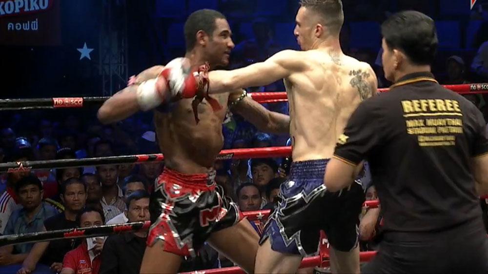 Muay Thai fighters score simultaneous double knock down
